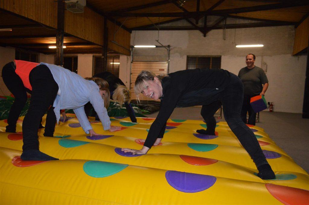Den oppustelig twister er en af de mange super sjove aktiviteter for voksne, som man kan have det sjov med til sin fest.